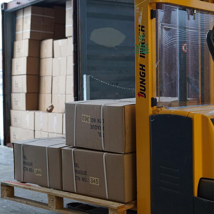 Vykládka zboží z kamionu.