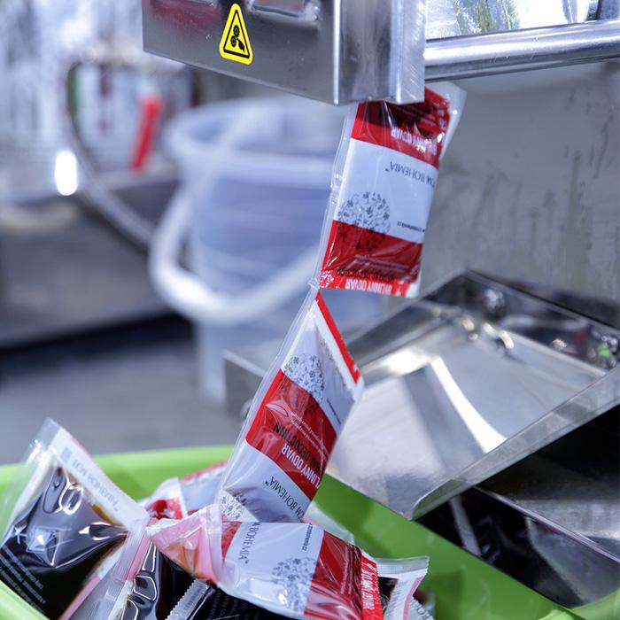 Stáčecí stroj, kde je odvar<br>jednotlivě nadávkován do sáčků.